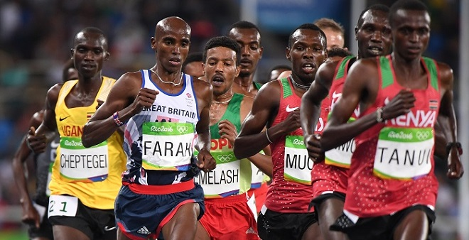 Britain's Mo Farah (2ndL) competes in the Men's 10,000m during the athletics event at the Rio 2016 Olympic Games at the Olympic Stadium in Rio de Janeiro on August 13, 2016. / AFP PHOTO / OLIVIER MORIN