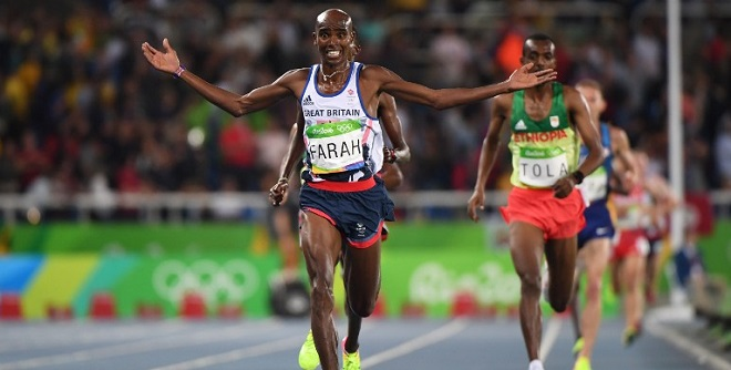 Britain's Mo Farah celebrates as he crosses the finish line to win the Men's 10,000m during the athletics event at the Rio 2016 Olympic Games at the Olympic Stadium in Rio de Janeiro on August 13, 2016. / AFP PHOTO / OLIVIER MORIN